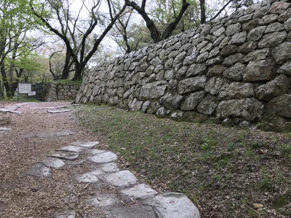 山頂付近の石垣