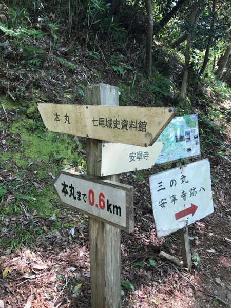七尾城への道